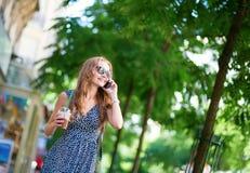 Muchacha que habla en el teléfono móvil Fotos de archivo libres de regalías