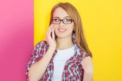 Muchacha que habla en el teléfono móvil Imagen de archivo