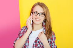 Muchacha que habla en el teléfono móvil Fotos de archivo