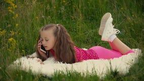 Muchacha que habla en el teléfono en naturaleza almacen de metraje de vídeo