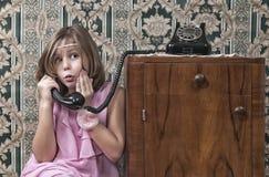 Llamada de teléfono retra de la muchacha Imágenes de archivo libres de regalías