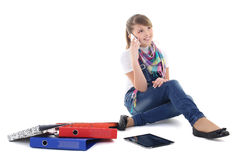 Muchacha que habla en el teléfono sobre blanco Imagenes de archivo