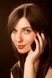Muchacha que habla en el teléfono sobre negro Fotos de archivo