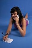 Muchacha que habla en la sonrisa del teléfono móvil Fotografía de archivo