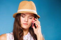 Muchacha que habla en smartphone del teléfono móvil Imagenes de archivo