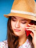 Muchacha que habla en smartphone del teléfono móvil Fotos de archivo