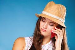 Muchacha que habla en smartphone del teléfono móvil Foto de archivo