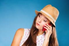 Muchacha que habla en smartphone del teléfono móvil Imágenes de archivo libres de regalías
