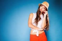 Muchacha que habla en smartphone del teléfono móvil Imagen de archivo libre de regalías