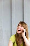 Muchacha que habla en un teléfono móvil Imagenes de archivo