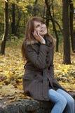 Muchacha que habla en un teléfono móvil Fotografía de archivo libre de regalías