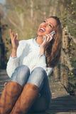 Muchacha que habla en un teléfono móvil Fotografía de archivo