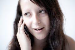 Muchacha que habla en un teléfono móvil Imágenes de archivo libres de regalías