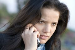 Muchacha que habla por el teléfono Fotos de archivo libres de regalías