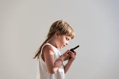 Muchacha que habla sobre el Walkietalkie Imagen de archivo libre de regalías