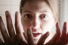 Muchacha que habla a través de la cabina de la ducha fotografía de archivo libre de regalías