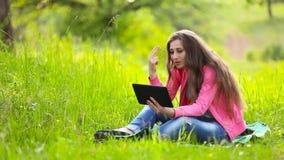 Muchacha que habla a través de la tableta metrajes