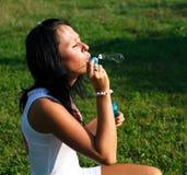 Muchacha que hace burbujas de jabón Imágenes de archivo libres de regalías