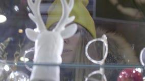 Muchacha que hace compras de la ventana almacen de metraje de vídeo