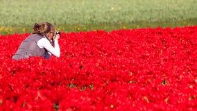 Muchacha que hace cuadros de flores Imágenes de archivo libres de regalías