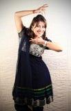 Muchacha que hace danza del bharatnatyam Foto de archivo libre de regalías