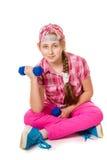 Muchacha que hace ejercicios con pesas de gimnasia Imagen de archivo libre de regalías