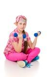 Muchacha que hace ejercicios con pesas de gimnasia Imágenes de archivo libres de regalías