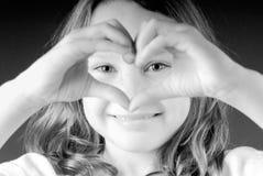 Muchacha que hace el corazón Fotos de archivo libres de regalías