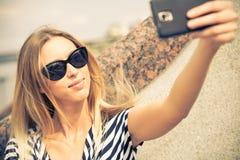 Muchacha que hace el selfie Fotos de archivo