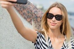 Muchacha que hace el selfie Foto de archivo libre de regalías