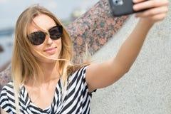 Muchacha que hace el selfie Imagen de archivo libre de regalías