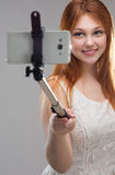 Muchacha que hace el selfie con su teléfono Imagen de archivo