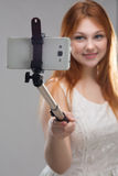 Muchacha que hace el selfie con su teléfono Imágenes de archivo libres de regalías