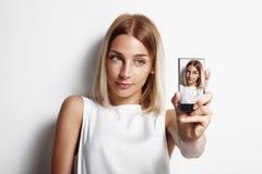Muchacha que hace el selfie con un teléfono móvil Foto de archivo libre de regalías
