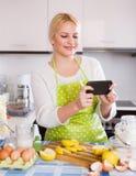 Muchacha que hace el selfie en la cocina foto de archivo