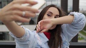 Muchacha que hace el selfie en el tejado metrajes