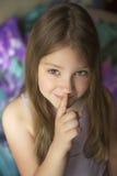 Muchacha que hace gesto del silencio Imagen de archivo libre de regalías