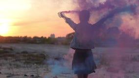 Muchacha que hace girar con las bombas de humo en sus manos almacen de metraje de vídeo