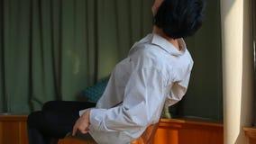 Muchacha que hace girar en una silla almacen de metraje de vídeo