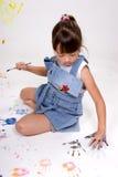 Muchacha que hace handprints. Imagen de archivo