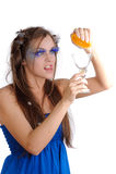 Muchacha que hace la bebida anaranjada Fotografía de archivo