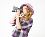 Muchacha que hace la cámara polaroid de la foto Imagenes de archivo