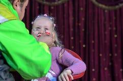 Muchacha que hace la cara pintar Fotografía de archivo libre de regalías