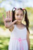 Muchacha que hace la muestra de la parada con su mano Fotografía de archivo libre de regalías