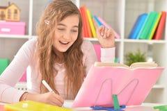 Muchacha que hace la preparación Imagen de archivo libre de regalías