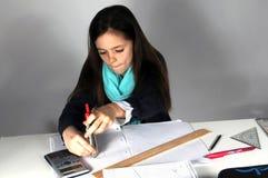Muchacha que hace la preparación de la matemáticas Fotografía de archivo libre de regalías
