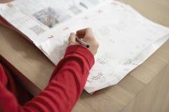 Muchacha que hace la preparación en la tabla Imagen de archivo libre de regalías