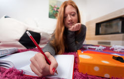 Muchacha que hace la preparación para la escuela Imágenes de archivo libres de regalías