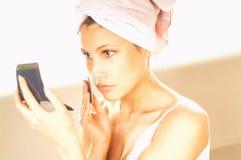 Muchacha que hace maquillaje Fotografía de archivo libre de regalías
