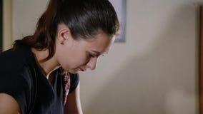 Muchacha que hace masaje a la mujer en el salón del balneario Concepto sano de la forma de vida almacen de metraje de vídeo